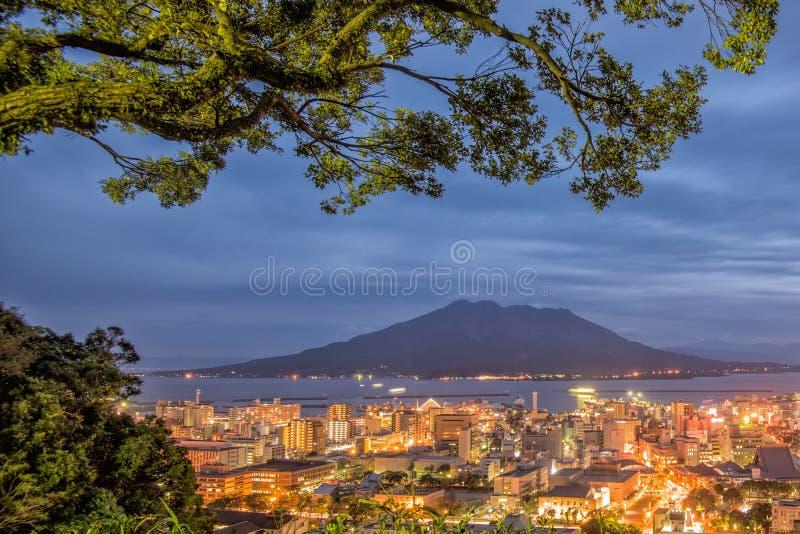 Vulcano crepuscolare di Sakurajima e vista della città di Kagoshima da Shiroya fotografie stock libere da diritti