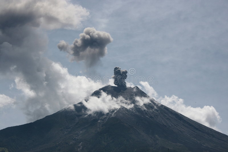 vulcano d'éruption de l'Equateur image stock