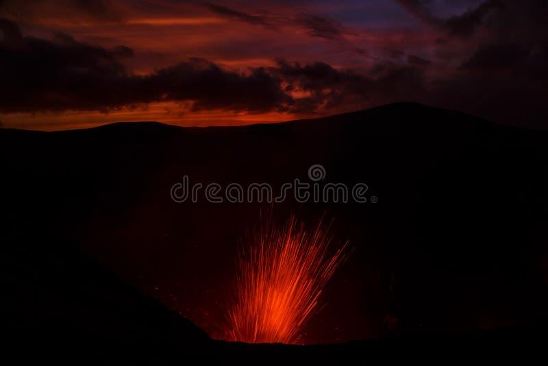 Vulcano de Yasur da erupção, por do sol na borda da cratera, Tanna, Vanuatu foto de stock royalty free