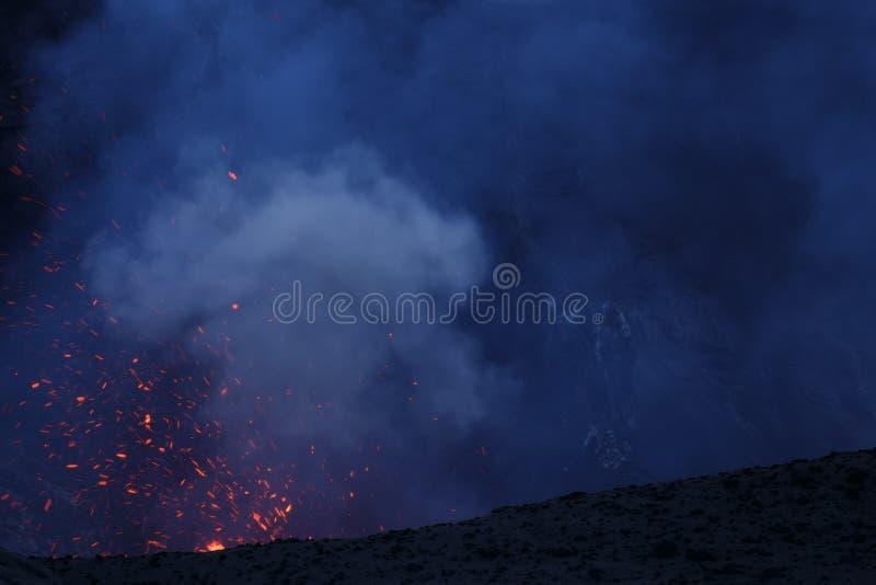 Vulcano de Yasur da erupção, por do sol na borda da cratera, Tanna, Vanuatu imagem de stock royalty free