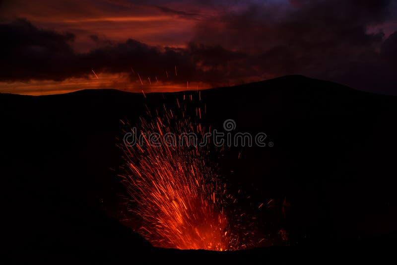 Vulcano de Yasur da erupção, por do sol na borda da cratera, Tanna, Vanuatu fotos de stock royalty free