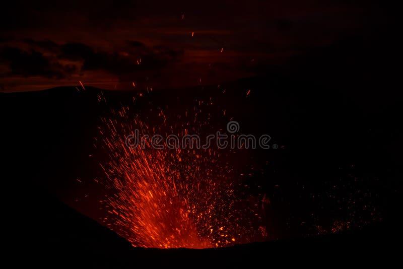 Vulcano de Yasur da erupção, por do sol na borda da cratera, Tanna, Vanuatu imagem de stock