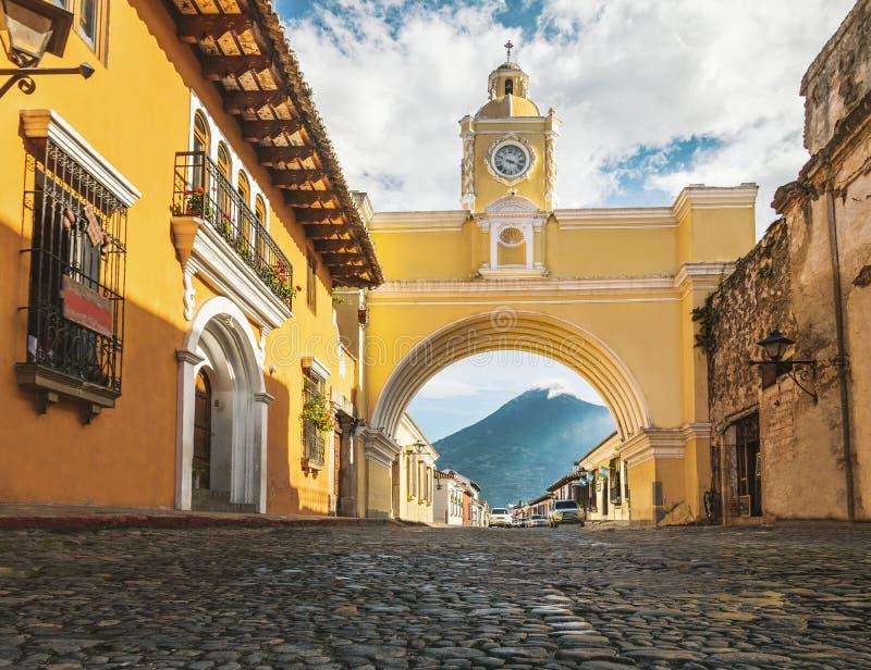 Vulcano del Agua e di Santa Catalina Arch - Antigua, Guatemala fotografia stock