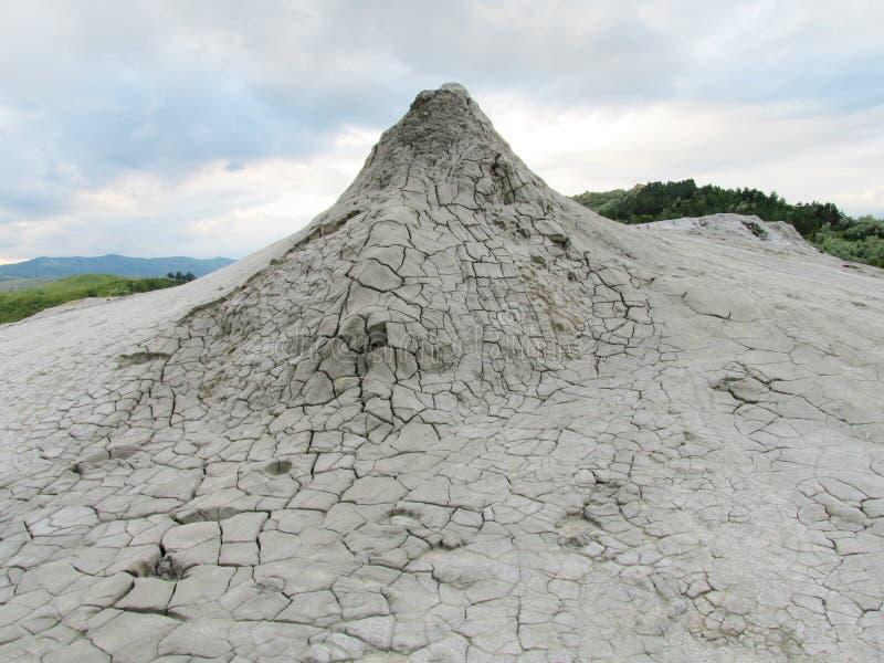 Vulcano del fango che scoppia con la sporcizia fotografie stock