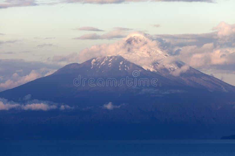 Vulcano dell'Osorno visto durante il tramonto da Puerto Varas immagini stock