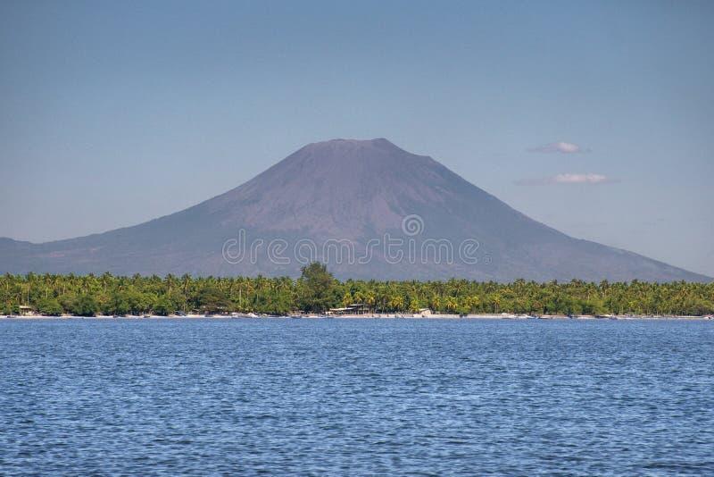 Vulcano della montagna vicino al paesaggio blu del mare fotografia stock libera da diritti