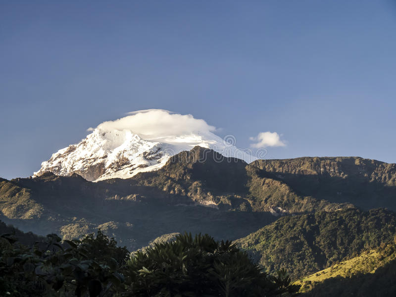 Vulcano di Antisana ricoperto neve, fotografie stock