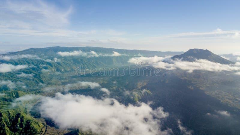 Vulcano di Batur sotto cielo blu fotografia stock libera da diritti