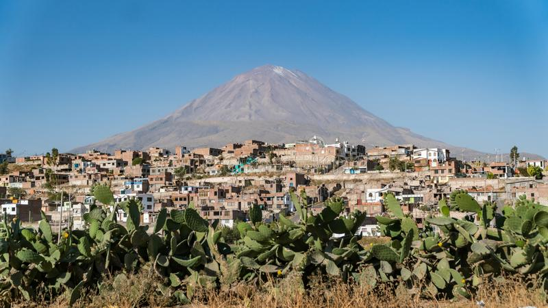 Vulcano di El Misti sopra Arequipa, Perù immagini stock