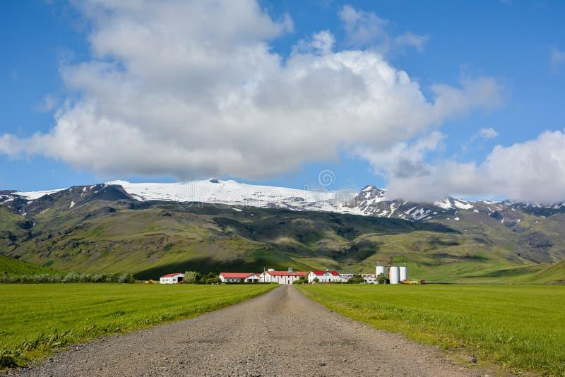 Vulcano di Eyjafjallajokull in Islanda contro il cielo blu di estate immagini stock