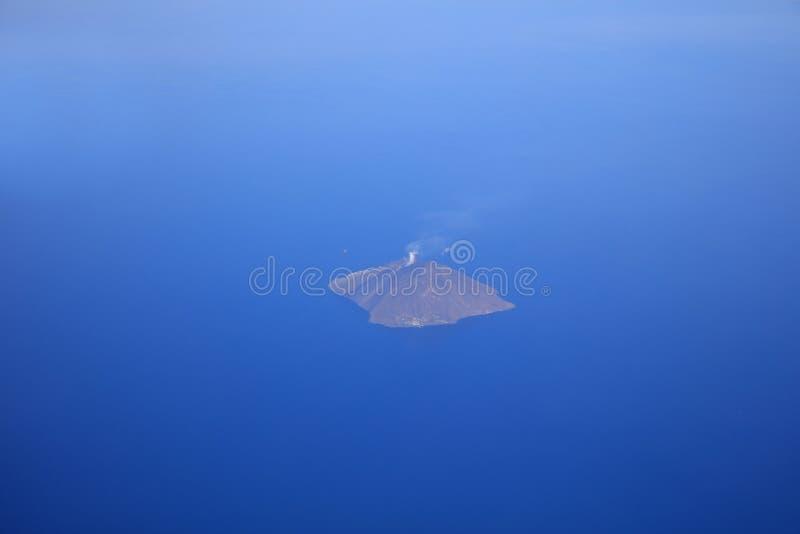 Vulcano di fumo di Stromboli all'isola di Aeolie immagine stock libera da diritti