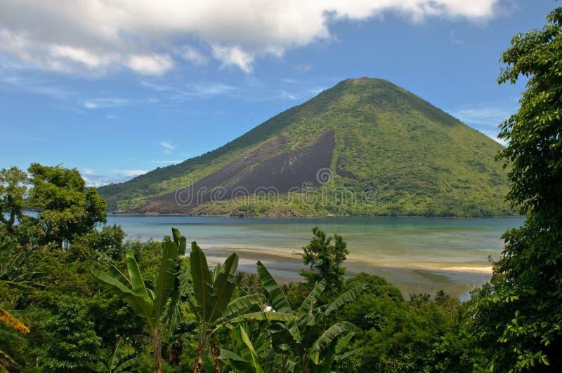 Vulcano di Gunung api, isole di Banda, Indonesia immagine stock