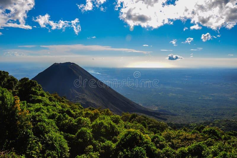 Vulcano di Izalco dal parco nazionale di Cerro Verde, El Salvador immagini stock libere da diritti