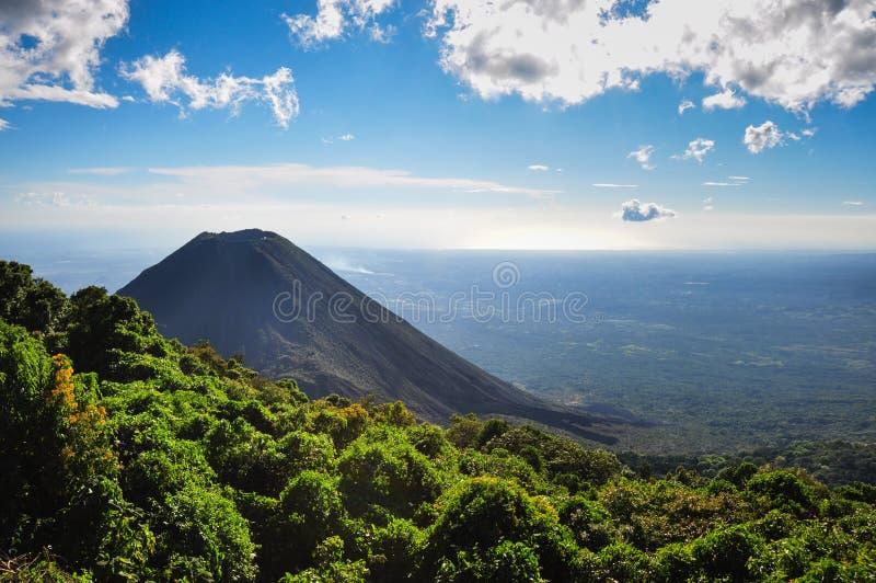 Vulcano di Izalco dal parco nazionale di Cerro Verde, El Salvador immagine stock libera da diritti