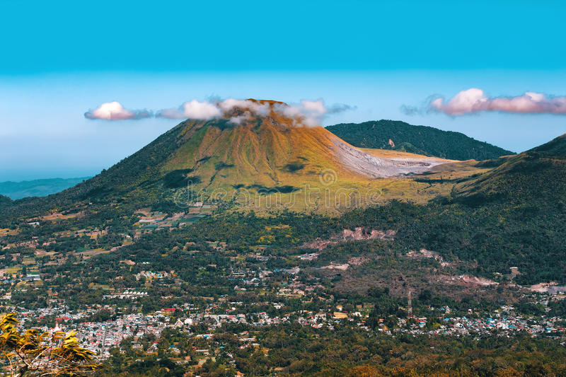 Vulcano di Mahawu, Sulawesi, Indonesia fotografia stock libera da diritti