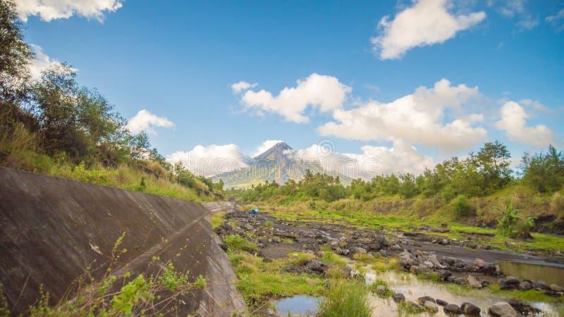 Vulcano di Mayon a Legazpi, Filippine Il vulcano di Mayon è un vulcano attivo e un aumento 2462 metri dalle rive del fotografia stock