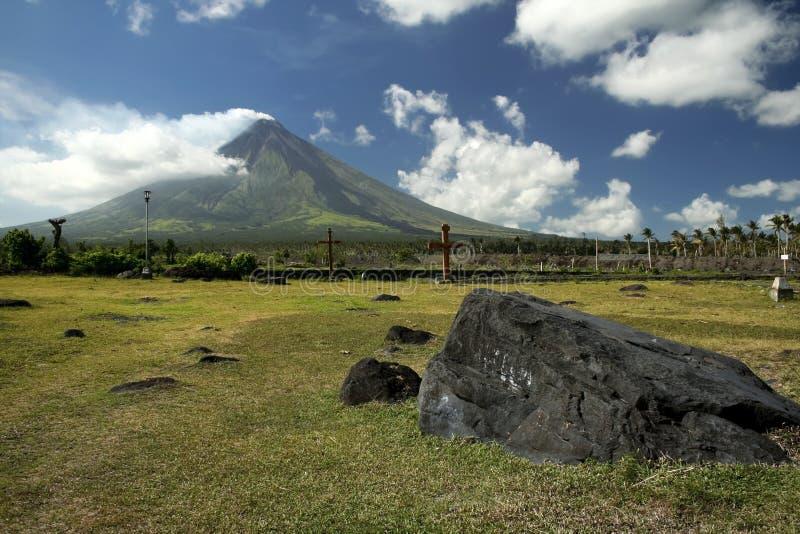 Vulcano di Mayon oltre l'eruzione Filippine fotografie stock