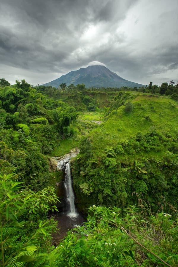 Vulcano di Merapi della cascata e della montagna di Kedung Kayang java fotografia stock libera da diritti