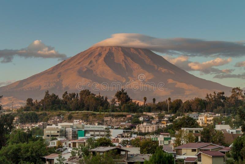 Vulcano di Misti dietro Arequipa fotografia stock libera da diritti