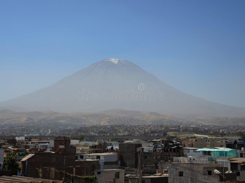 Vulcano di Misti, nella città di Arequipa, il Perù immagini stock libere da diritti