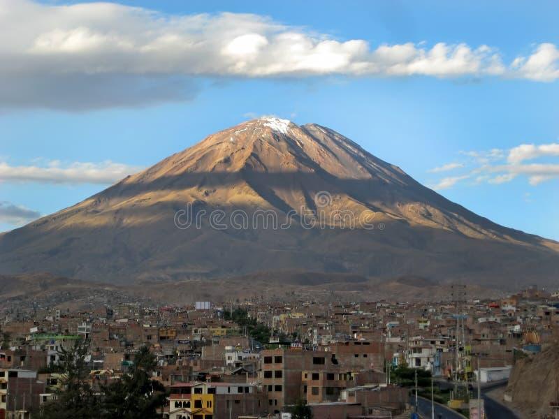Vulcano di Misti sopra Arequipa, Perù fotografie stock
