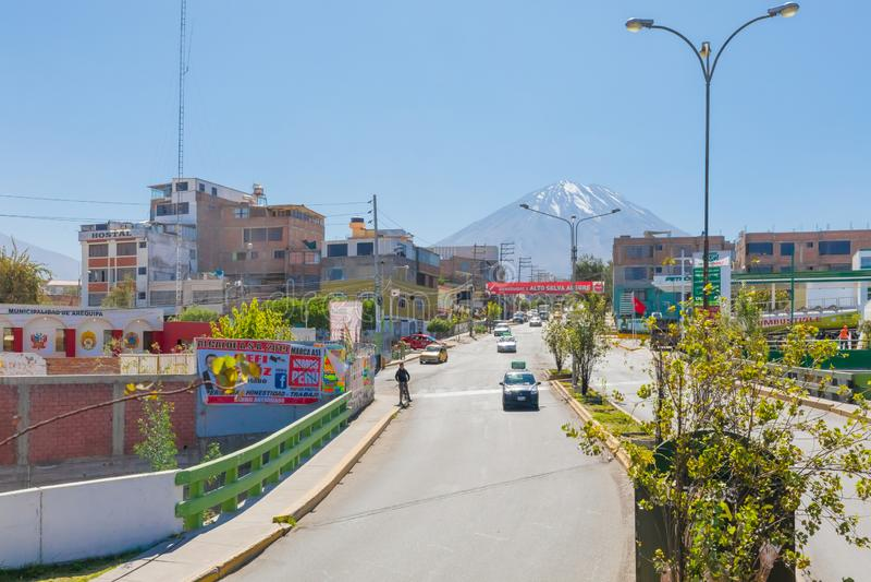 Vulcano di Misti visto dalla città di Arequipa Perù immagine stock libera da diritti