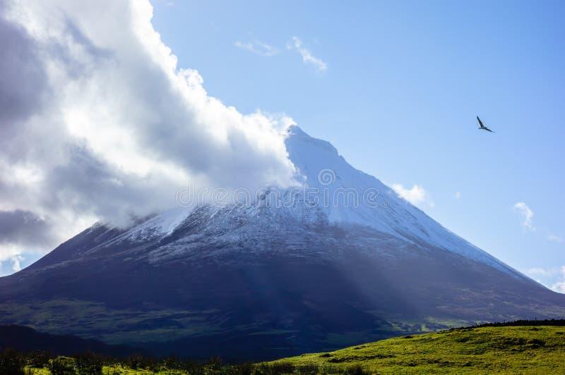 Vulcano di Pico del supporto con la nuvola che tocca sommità fotografia stock libera da diritti