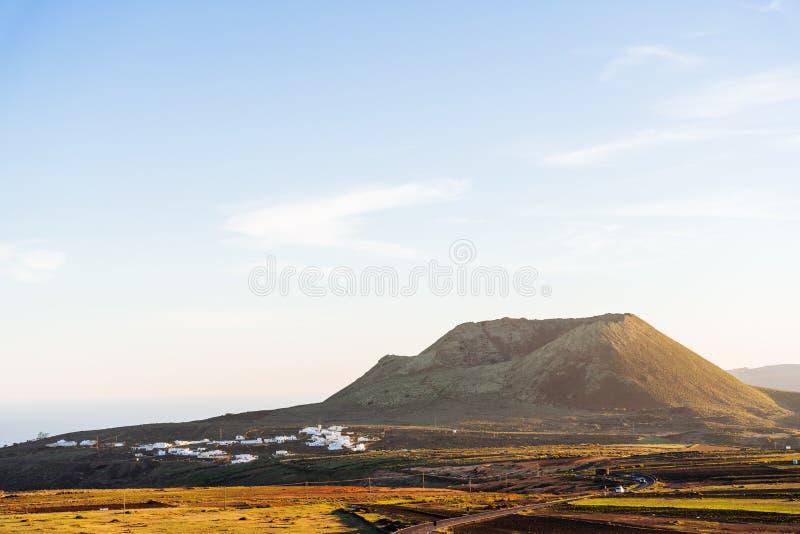 vulcano e paesaggio al tramonto a Lanzarote, Isole Canarie immagine stock libera da diritti
