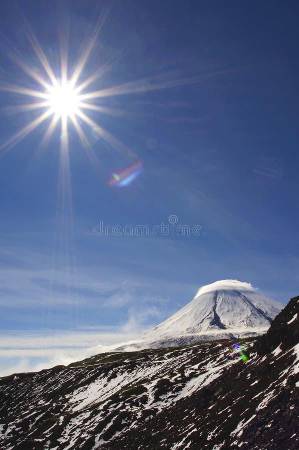Download Vulcano E Sole Di Kluchevskoy Fotografia Stock - Immagine di orizzonte, estremo: 3883100
