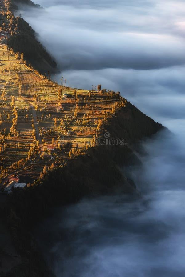 Vulcano e villaggio del tengger di Bromo del supporto alla scena di alba , Punto di vista dell'uccello del paesaggio di poco vill immagine stock libera da diritti