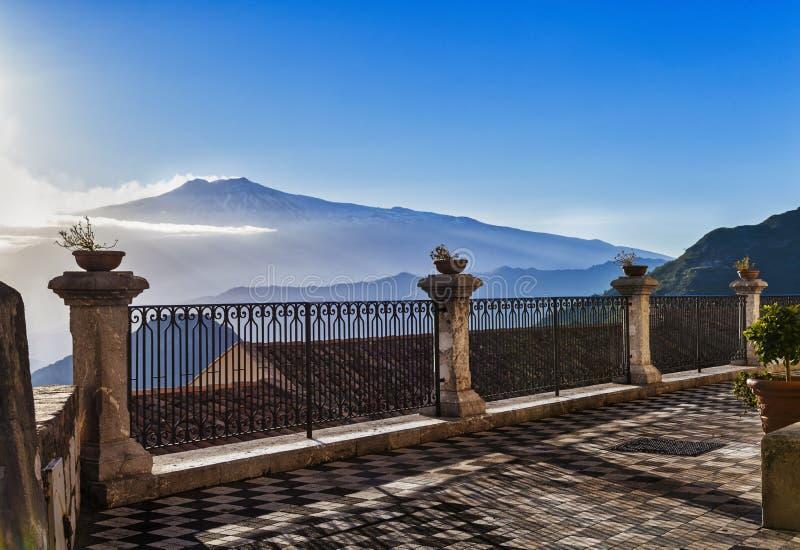Vulcano Etna che scoppia dal castelmola fotografie stock libere da diritti