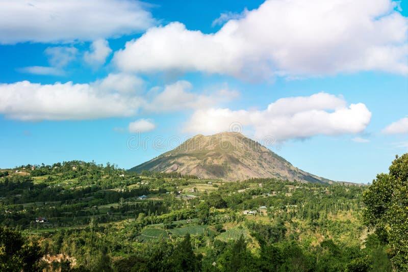 Vulcano indonesiano attivo Batur sull'isola tropicale di Bali Vista di grande vulcano Batur Bello paesaggio fotografia stock libera da diritti