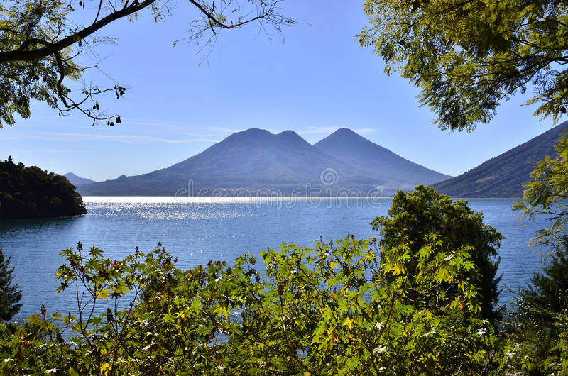 Vulcano-Landschaft im Guatemala See Atitlan lizenzfreie stockbilder