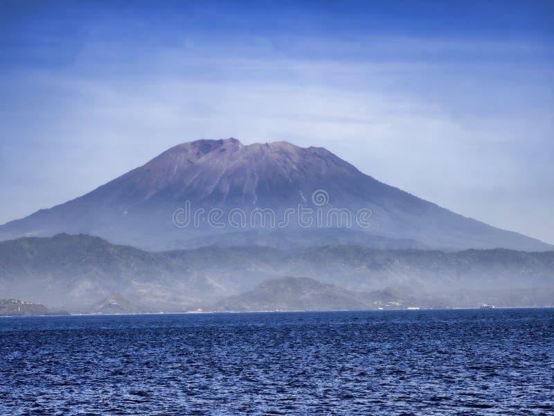 vulcano sacro Agung, fumo occasionalmente pesante, Bali, Indonesia immagini stock libere da diritti