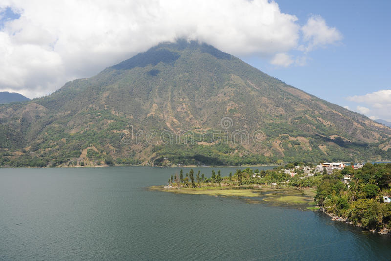 Vulcano San Pedro sur le lac d'Atitlan photo stock