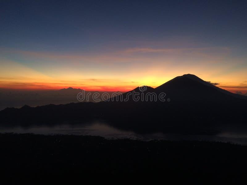 Vulcano-Sonnenaufgang bei Bali, in Indonesien stockfotos