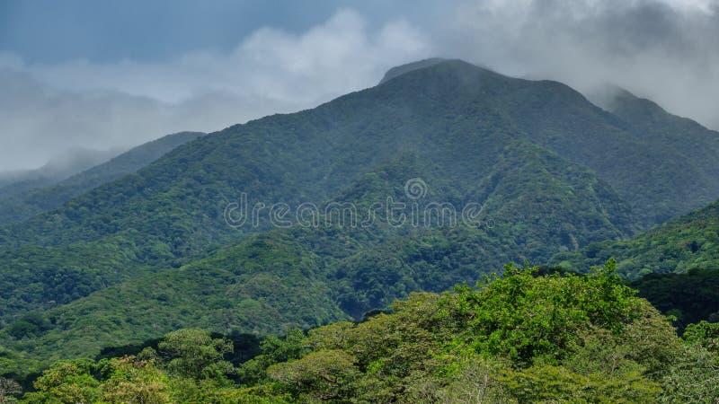 Vulcano van Rinconde La vieja en nevelige wolken stock foto's