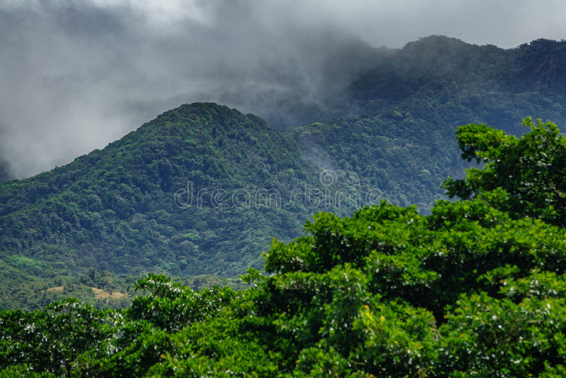 Vulcano van Rinconde La vieja en nevelige wolken royalty-vrije stock foto