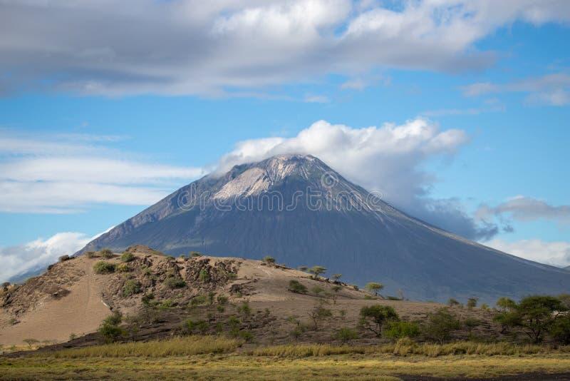 Vulcano w chmurach z niebieskim niebem częsciowo obrazy royalty free