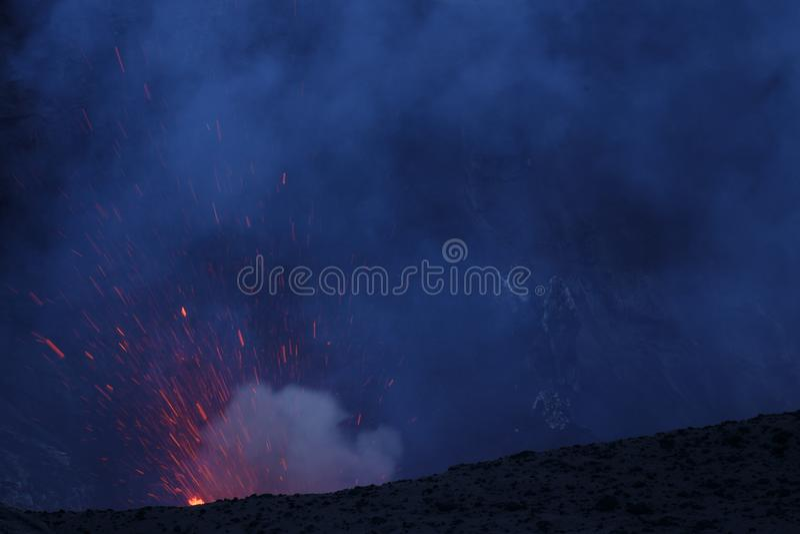 Vulcano Yasur извержения, заход солнца на крае кратера, Tanna, Вануату стоковые фото