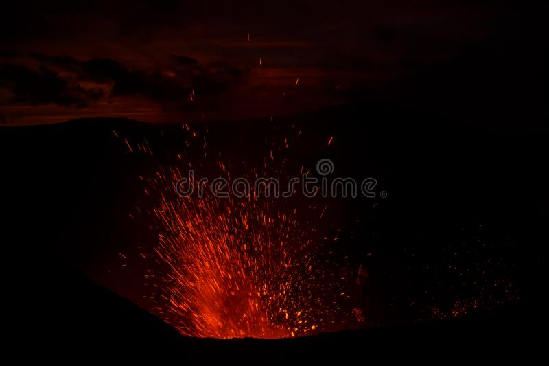 Vulcano Yasur извержения, заход солнца на крае кратера, Tanna, Вануату стоковое фото