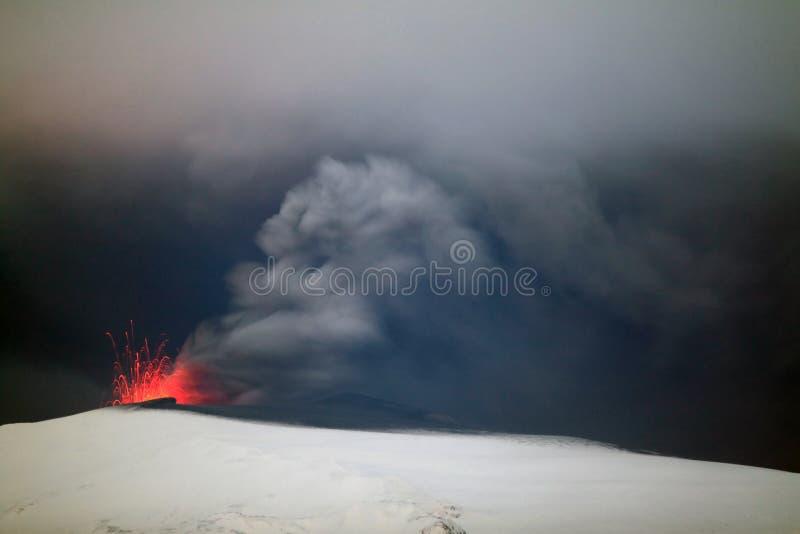 Vulkaan bij nacht. stock afbeelding