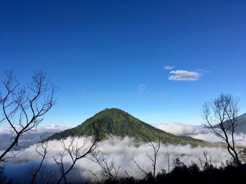 Vulkaan in de wolken royalty-vrije stock afbeeldingen