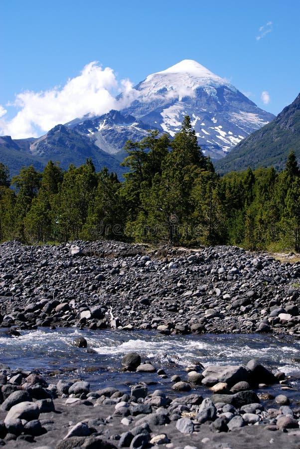 Vulkaan en Rivier royalty-vrije stock foto's