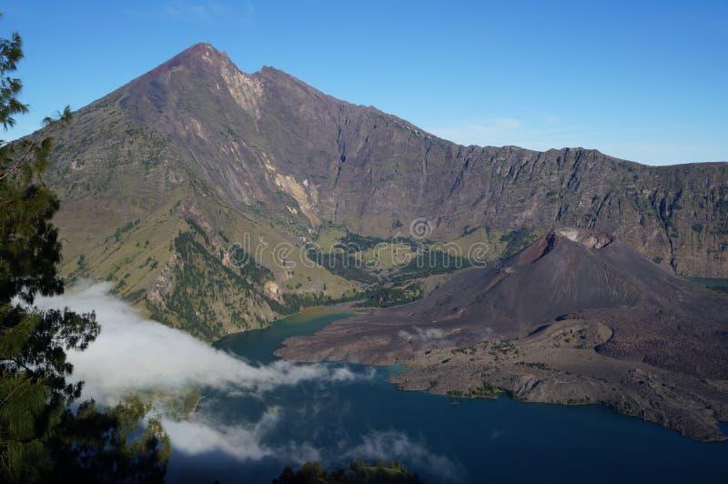 Vulkaan in meer royalty-vrije stock fotografie