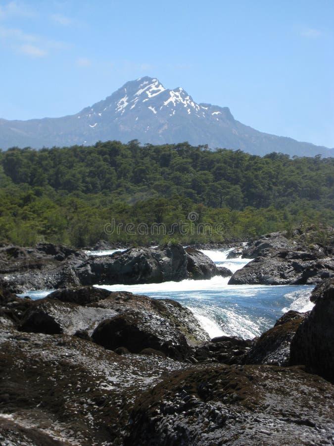 Vulkaan met vulkanische rots en stroom royalty-vrije stock afbeelding