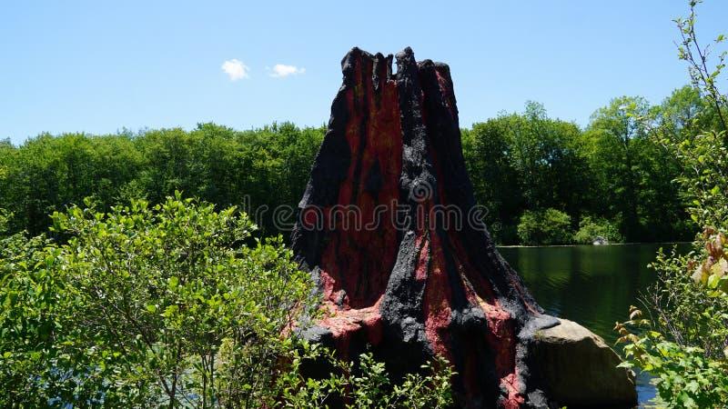 Vulkaan op de Dinosaurusplaats bij Aard ` s Art Village in Montville, Connecticut stock afbeeldingen
