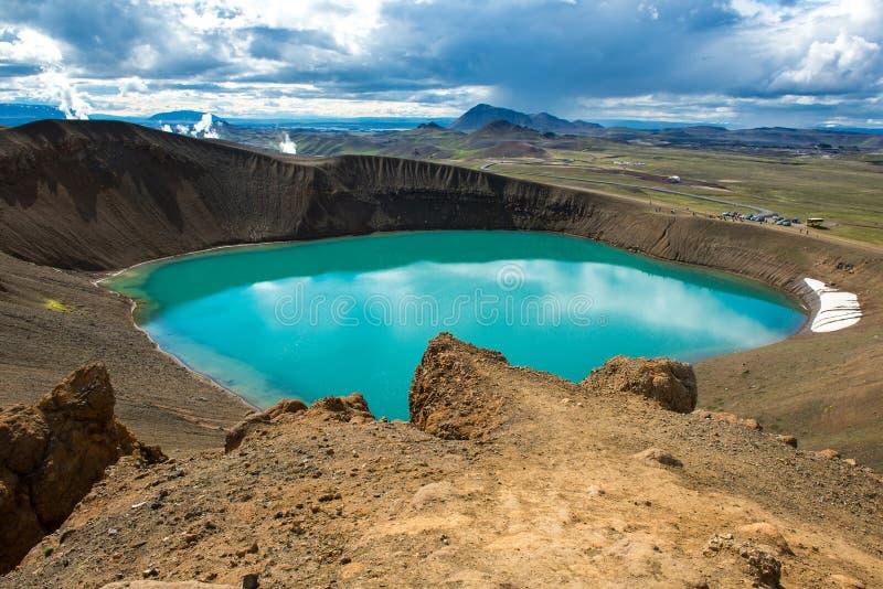 Vulkaankrater Viti met turkoois binnen meer, het vulkanische gebied van Krafla, IJsland stock foto
