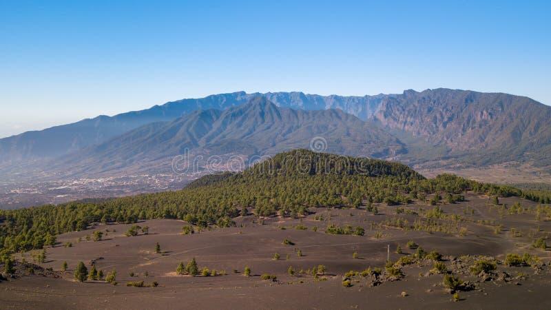 Vulkaanlandschap en dennenbos in astronomisch perspectief royalty-vrije stock afbeelding
