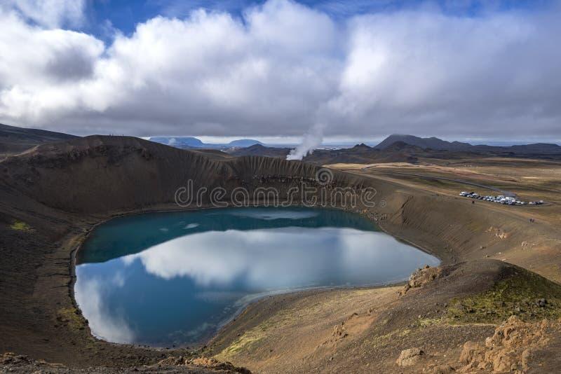 Vulkaanmeer met hemelbezinning royalty-vrije stock fotografie